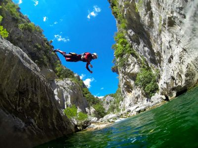 Jumpingintoriver-canyoningomis