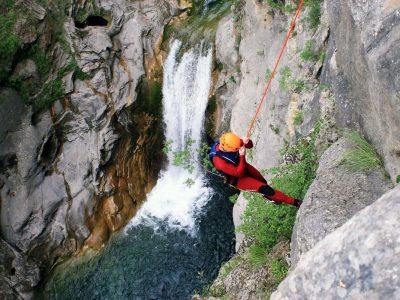 abseilingbycetinawaterfall-advancedcanyoning