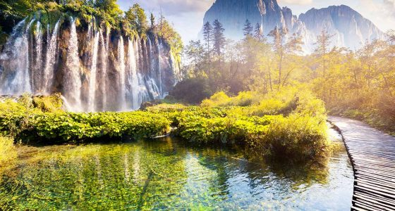high-waterfalls-trial-and-mountains-of-plitvice-omistour
