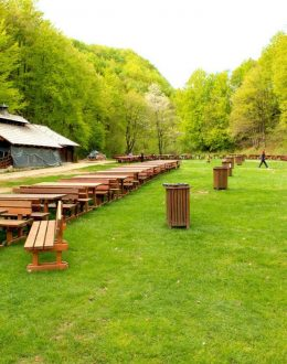 Plitvice-restaurant-on-green-meadow